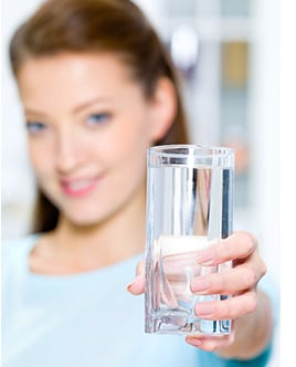 Trockene Haut: Gesunde Ernährung und ausreichend Flüssigkeit